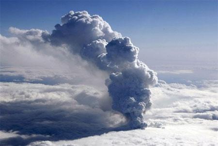 Столб вулканического пепла поднимается на высоту 10 км, где подхватывается воздушными массами и распространяется в сторону Европы