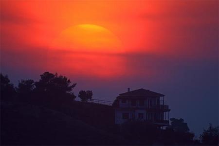 Аэрозольные частицы, выброшенные вулканом в Исландии, вызывают по всей Европе эффект «кровавых» закатов (Афины, Греция)